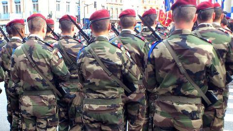 Terrorisme : Hollande sauvegarde 7500 emplois du ministère de la défense