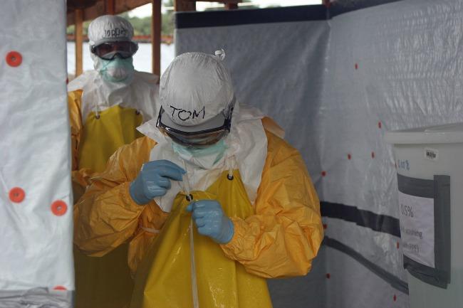 Ebola : des contrôles sanitaires dans les aéroports en France