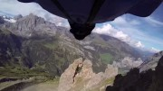 Wingsuit un base jumper franchit un trou de 2 m de large