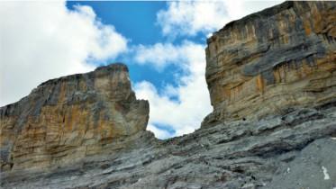 un ruban rose sera accroché de part et d'autre de la célèbre Brèche de Roland dans le massif de Gavarnie