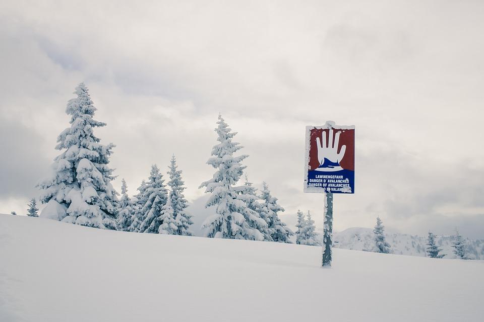 65. De nombreuses routes restent fermées en raison du risque Avalanches