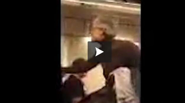 Vidéo - Elle se fait sortir d'un avion après avoir critiqué Trump