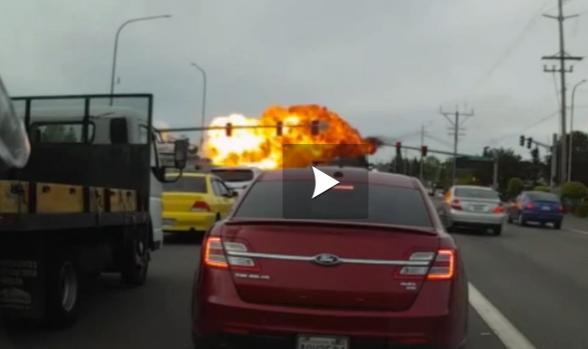 Vidéo - crash d'un avion en plein milieu d'une route