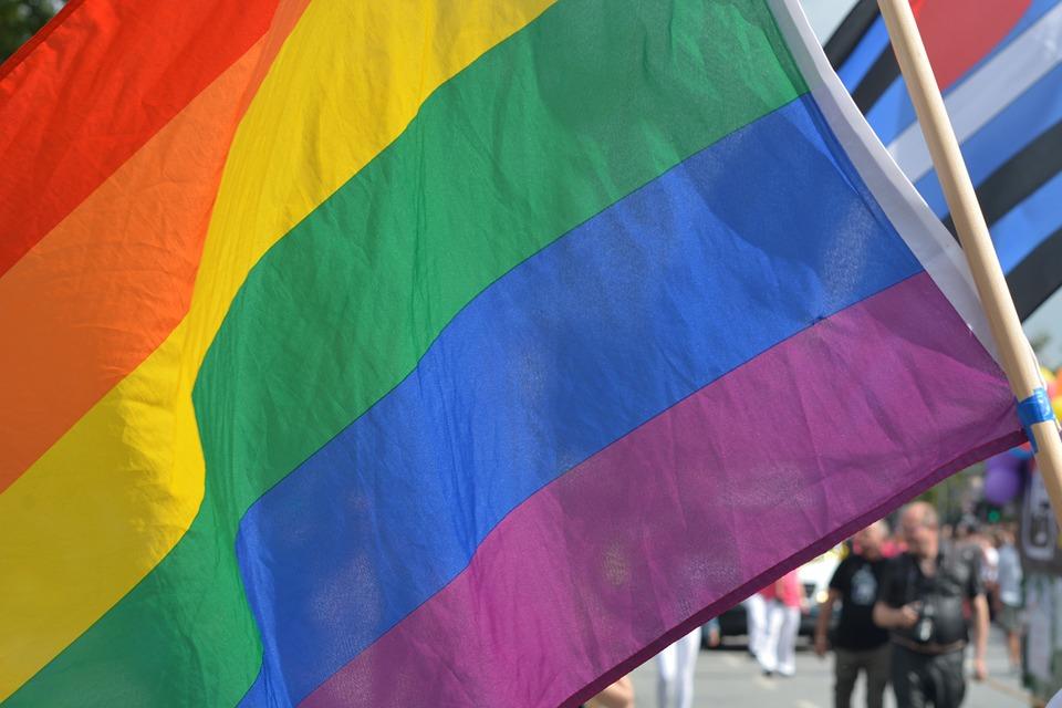 Azerbaïdjan, Egypte, Indonésie, des dizaines d'homosexuels arrêtés