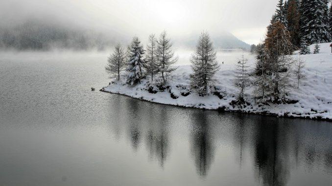 La neige tombe sur les Pyrénées ce mercredi dès 800 à 900 mètres d'altitude. Météo France annonce une couche de 10 centimètres dans certaines vallées. Bonne nouvelle pour les professionnel du ski : la neige fraiche sera au rendez vous pour les stations qui ont fait le choix d'ouvrir dès ce week end. Une vague de froid s'abat sur toute la France, de la neige tombe jusqu'en plaine dans l'est de la France. Et dans les Pyrénées, la neige tombe à basse altitude dès 700 ou 800 mètres d'altitude. Cette couche de neige fraiche et probablement lourde, devrait atteindre une dizaine de centimètres dans certaines vallées. Dans les prochains jours, cette poussée de l'hiver va accélérer la baisse des températures. Il va faire partout froid et de la neige est attendue y compris sur les plaines du sud ouest de la France. A Tarbes ou Toulouse, quelques flocons de neige sont annoncés pour les journées de jeudi, vendredi ou samedi.