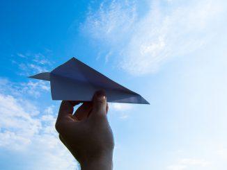 Millau. au centre de loisir on apprend à fabriquer des Avions en Papiers
