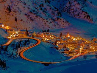 Vacances d'hiver. journée orange et noire sur les routes, nos conseils de circulation
