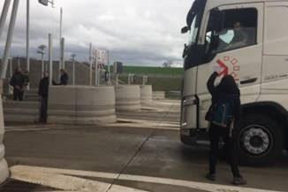 Notre Dame des Landes des militants aveyronnais bloquent le Viaduc de Millau