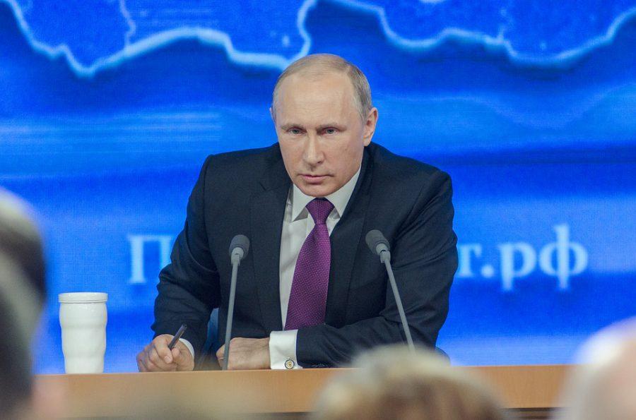 """En Russie, Emmanuel Macron veut nouer """"un dialogue historique"""""""