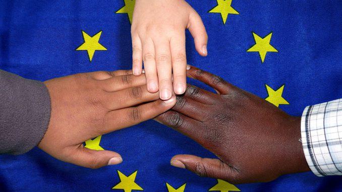 Crise des migrants : Emmanuel Macron s'en prend aux ONG