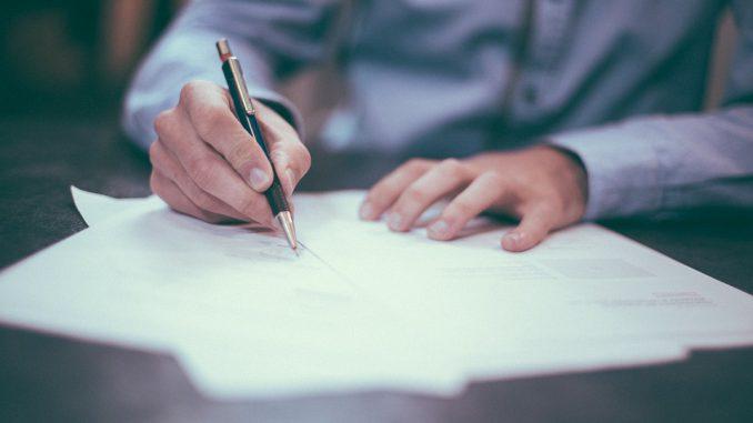 En France, le baccalauréat, souvent appelé bac1, est un diplôme national récompensant la fin des études secondaires générales, technologiques ou professionnelles. Il correspond au niveau international CITE/ISCED 3. La réussite à cet examen (conditionnée par l'obtention d'un nombre de points supérieur à 50 % du total possible) est la norme pour accéder à l'enseignement supérieur. Le baccalauréat est considéré comme le premier grade universitaire, l'examen des candidats étant jusqu'au début du xxe siècle effectué exclusivement par les professeurs des facultés des lettres et des sciences.