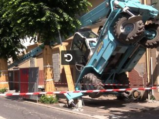 Spectaculaire accident d'une grue monte-charge à Toulouse