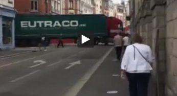 Arras, un semi remorque bloqué entre deux rues