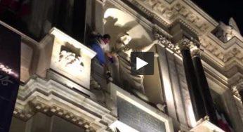 Insolite. il escalade la mairie de Troyes pour un drapeau français