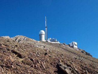 Après 108 jours de températures, il a enfin gelé ce week end au Pic du Midi de Bigorre. Effet du changement climatique à une altitude de 2 876 mètres ? Les températures sont enfin passées sous le barre des 0 degré, dans la nuit de dimanche à lundi au sommet du Pic du Midi de Bigorre, emblématique sommet des Hautes Pyrénées. Voilà 108 jours qu'il n'avait pas gelé à l'observatoire. Soit depuis le mois de juin ! Le précédent record datait des années 1990 et n'était que de 77 jours. Effet du changement climatique ? Des spécialistes réunis à Toulouse au siège de météo France estiment que les températures vont encore augmenter dans les prochaines décennies dans la chaîne des Pyrénées. Une mauvaise nouvelle pour les derniers glaciers de la frontière franco espagnole.