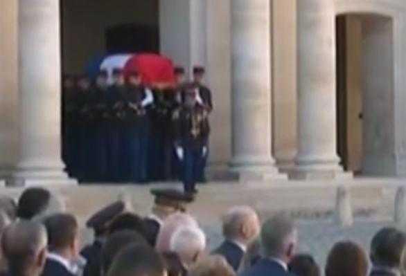 Aznavour. émouvante arrivée aux Invalides, sur le son d'un duduk