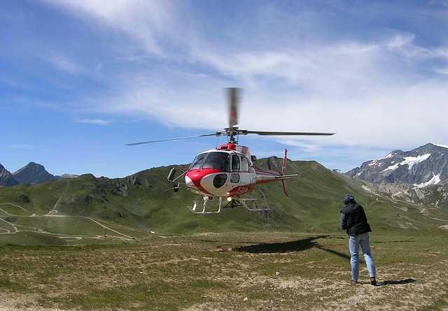 Ivre, le maire de Val d'Isère insulte des policiers et est placé en garde à vue.