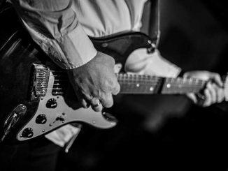 Mark Knopfler, leader de Dire Straits en concert à Toulouse