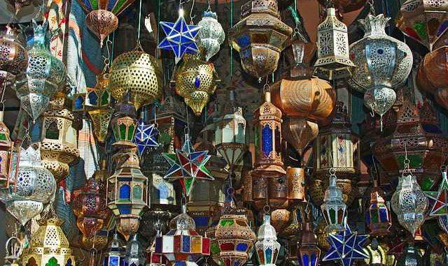 Le Pacte mondial sur les migrations a été formellement adopté lundi par les représentants de plus de 160 gouvernements lors d'une conférence internationale à Marrakech, au Maroc. Le Secrétaire général de l'ONU, António Guterres, a qualifié ce pacte de « feuille de route pour prévenir la souffrance et le chaos ». Selon lui, il offre une plateforme pour des mesures « humaines, sensées et mutuellement bénéfiques » reposant sur deux « idées simples ». « Premièrement, ces migrations ont toujours été avec nous, mais elles devraient être ordonnées et sûres. Deuxièmement, les politiques nationales ont bien plus de chances de réussir si elles s'accompagnent d'une coopération internationale », a-t-il dit à l'ouverture de la conférence. Notant que certains États avaient décidé de ne pas participer à la conférence et de ne pas adopter le pacte, le chef des Nations unies a souhaité que ces Etats arrivent à en reconnaitre sa valeur pour leurs sociétés et à s'associer à « cette entreprise commune ». À la suite de délibérations à la conférence, le ministre des Affaires étrangères marocain, Nasser Bourita, a donné un coup de marteau pour marquer l'adoption formelle du pacte. Il a souligné les divers efforts déployés par son pays pour parvenir à un consensus mondial sur les migrations internationales. Avec le changement climatique, les migrations irrégulières sont devenues un problème pressant ces dernières années. Chaque année, des milliers de migrants perdent la vie ou disparaissent au cours de voyages périlleux, souvent victimes de passeurs et d'autres organisations criminelles.