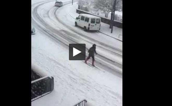 (vidéo) Neige, il fait du ski au centre ville de Rodez