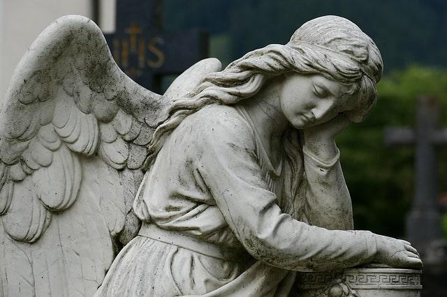 Emotion après la profanation d'une centaine de tombes au cimetière de Toulouse