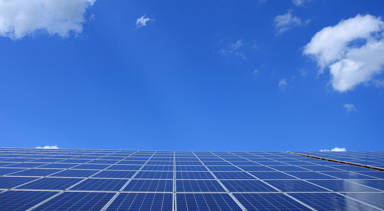 Toulouse. des panneaux photovoltaïques sur la toiture des Tennis des Ponts-Jumeaux