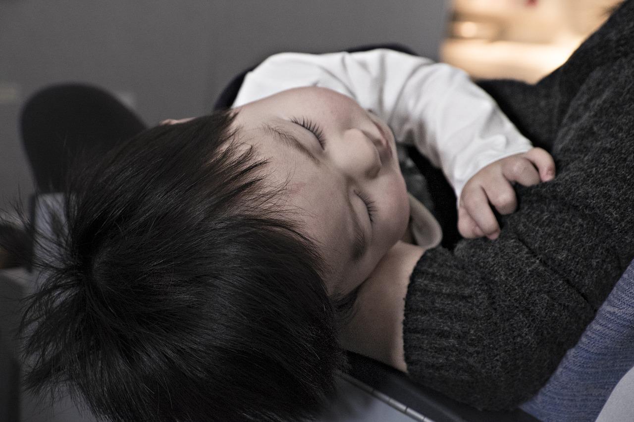 La bronchiolite est une maladie respiratoire très fréquente chez les nourrissons et les enfants de moins de deux ans. Elle est due le plus souvent à un virus appelé Virus Respiratoire Syncytial (VRS) qui touche les petites bronches.