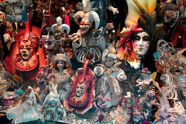 Marseille, des milliers de personnes à un Carnaval malgré la Covid19